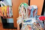 Zaměstnanci Kunstu šijí roušky pro potřebné ve svém volném čase.