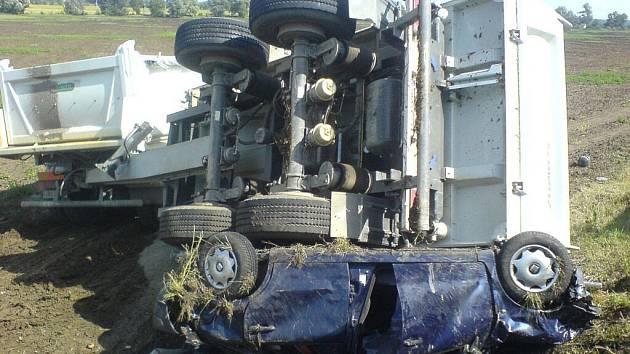 Řidič zdemolovaného osobního vozu byl jen lehce raněn, spolujezdkyni odvezli do nemocnice.