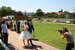 V nové zámecké zahradě v Hranicích se uskutečnil historicky první svatební obřad. Novomanželé ještě týden před svatbou netušili, že se jim nakonec splní jejich přání a opravdu budou oddáni v areálu pod zámkem.
