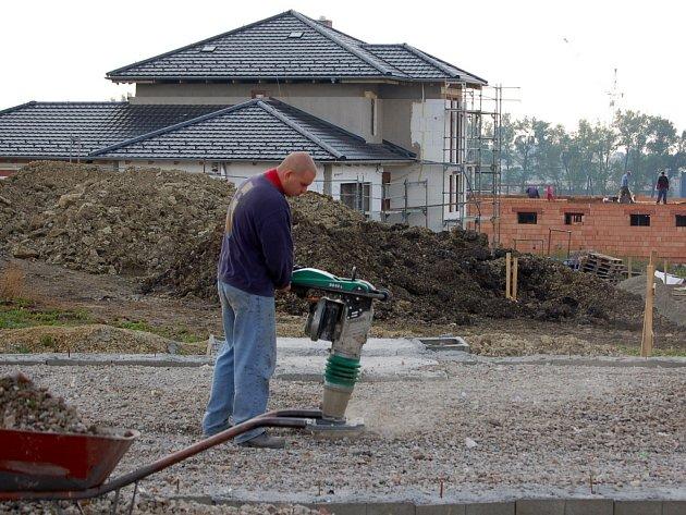 V lokalitě za hřbitovem roste nová ulice - Hostýnská.