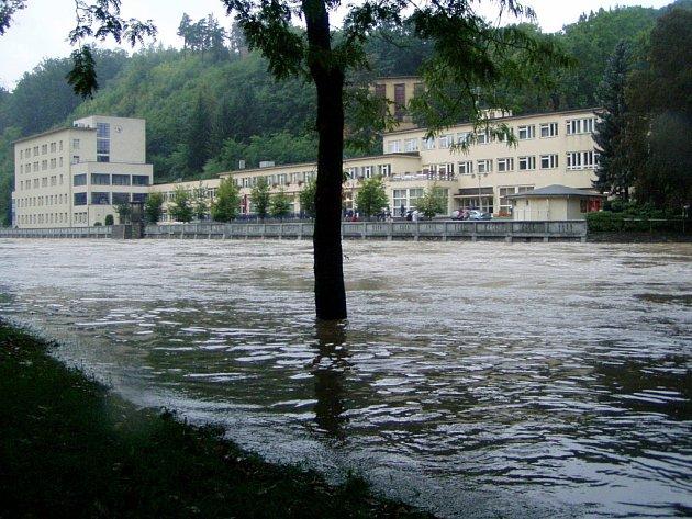 Lázenští hosté pozorovali v dešti z kolonády valící se Bečvu.