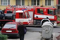 Jako v akčním filmu to vypadalo v úterý 29. září dopoledne v Sokolské ulici v Přerově. Hasiči zde prováděli nácvik likvidace požáru strojovny výtahu ve třináctiposchoďovém panelovém domě.