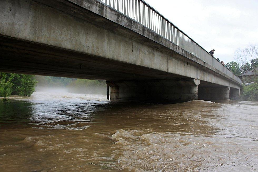 Bečva u ústeckého mostu v neděli 21. června v 16.30 hodin.