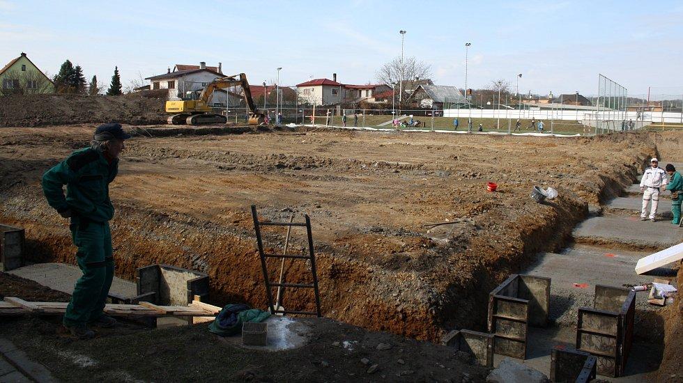 V Hustopečích nad Bečvou staví novou sportovní halu