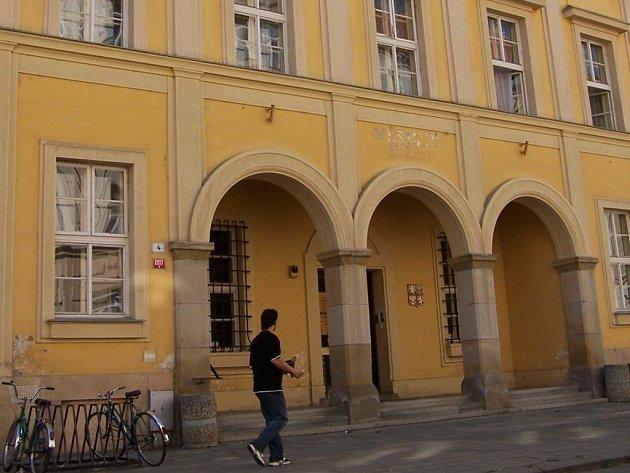 Odbor sociálních dávek se bude z této budovy příští týden stěhovat do protějšího domu ve Smetanově ulici 7.