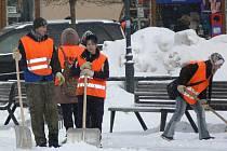 Na úklidu sněhu se podílejí i lidé na sociální podpoře