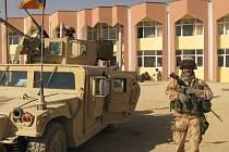 Vojáci českého provinčního rekonstrukčního týmu střeží budovu v Pol-e-Alamu, ve které probíhá jednání.