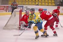 Přerovští hokejisté (ve žlutém) v derby proti Prostějovu.