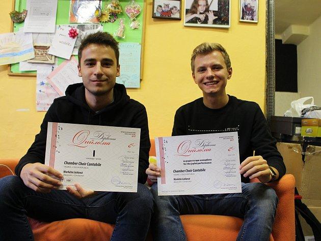 """""""Těch cen si nesmírně vážíme. Pro celý sbor to opravdu mnoho znamená,"""" shodli se v rozhovoru pro Hranický týden Adam Vinklárek (vlevo) a Dominik Bagar (vpravo)."""