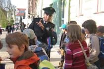 Před základními školami v Hranicích rozdávali přerovští dopravní policisté se svou mluvčí Michaelou Sedláčkovou nafukovací balonky a informační letáky s logem Zebry.