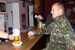 Obyvatelé Hluzova mohli účast ve volbách spojit s posezením třeba u dobrého vína či piva.