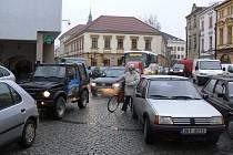 Předvánoční horečka vrcholí, nekonečné kolony aut se během dne tvořily na náměstí.
