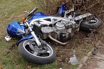 Řidič motocyklu a spolujezdec byli při nehodě vážně zraněni.