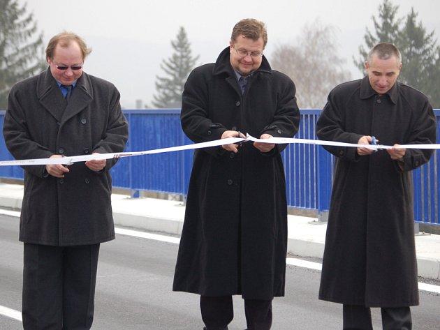 Rekonstruovaný železniční nadjezd v Lipníku nad Bečvou slavnostně otevřel krajský radní Petr Polášek (uprostřed).