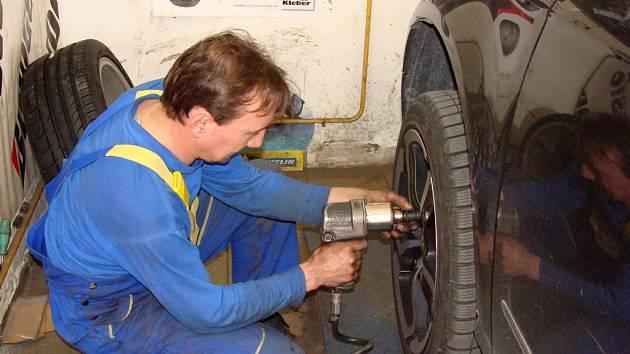 Plné ruce práce mají v těchto dnech pracovníci pneuservisů.