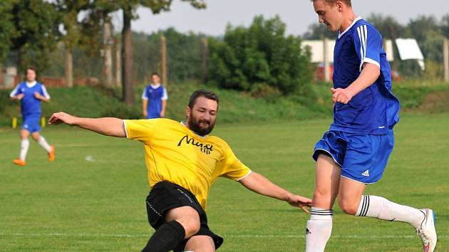 Fotbalisté Ústí (v modrém) ve finále okresního poháru FAČR
