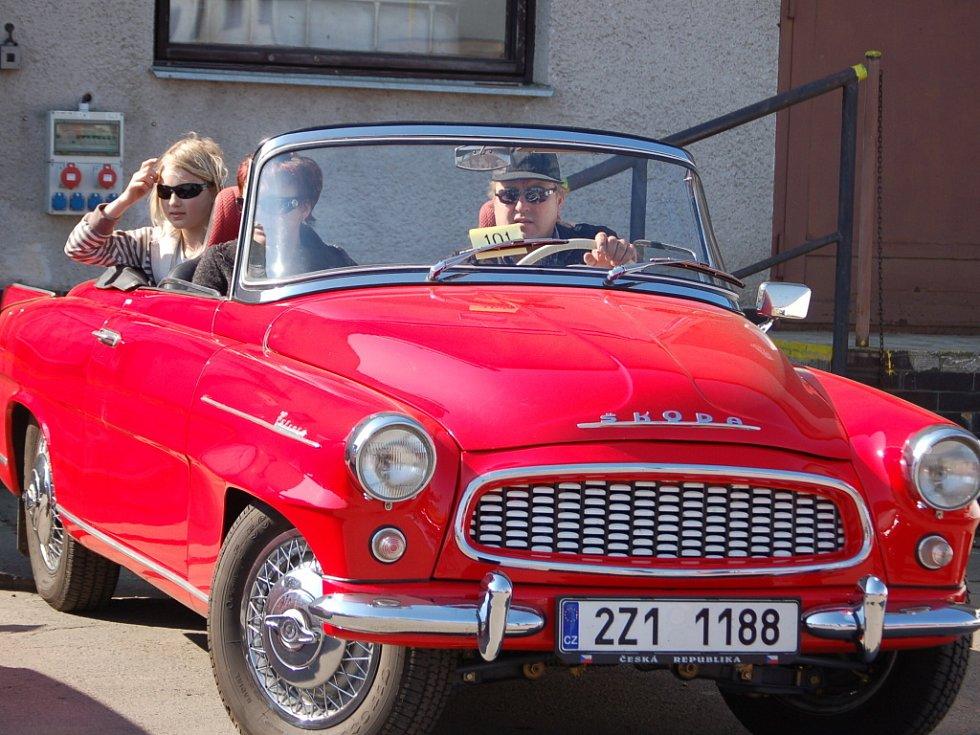Nablýskané staříky mezi automobily a motocykly mohli v neděli obdivovat lidé, kteří zavítali do areálu přerovských Montáží na devátý ročník Velké ceny Přerova. Po jízdě zručnosti, která prověřila schopnosti řidičů, zamířili veteráni také na hrad Helfštýn.