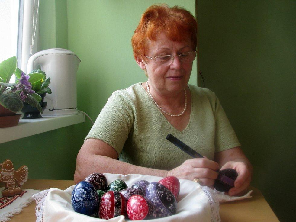 Jarmila Švarcová z Hranic ozdobí každým rokem technikou škrabání až sedmdesát vajec. Musí prý obdarovat celou svou rodinu i proslulou místní výstavní galerii. Na Velikonoce se tedy zručná žena z Hranic připravuje už od podzimu.