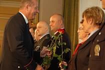 Sál Městského domu zaplnilo dvě stě padesát policistů, krajský ředitel předal oceněným medaile a plakety.