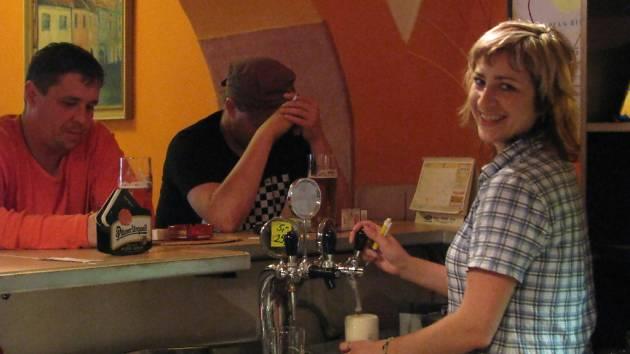 U Kramplů - jednou z těch, kdo se starají o spokojenost hostů, je Marta Hudcová.