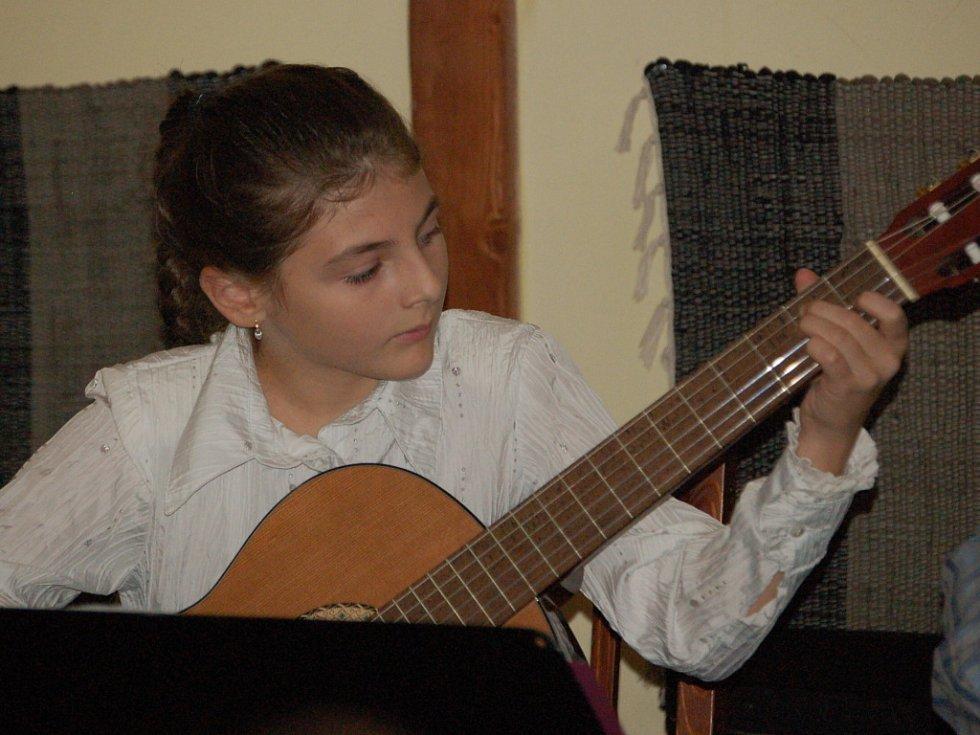Druhý ročník akce s názvem Kytarové hudboslovení.