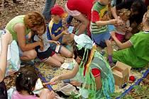 Na děti budou v lese čekat nejen pohádkové bytosti, ale i spousta úkolů, za které si vyslouží odměnu.