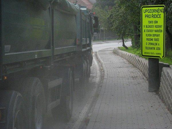 Průjezd každého nákladního vozu přes Velkou je nyní spojený sobrovskou prašností.