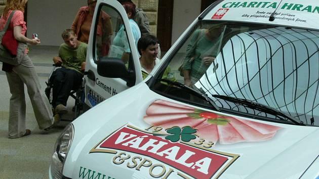 Pro hranickou Charitu je to za osm let jejich působení první neojetý vůz.