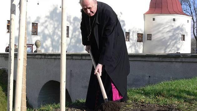 Arcibiskup Jan Graubner sází strom u dřevohostického zámku