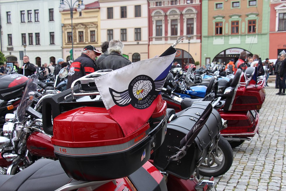 Motorkáři se v Hranicích pomodlili za mrtvé kamarády a zahájili letošní sezonu.