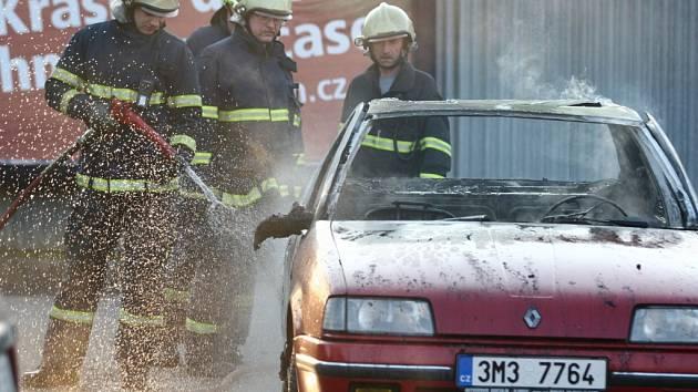 Likvidace požáru auta byla pro hranické hasiče chvilkovou záležitostí.