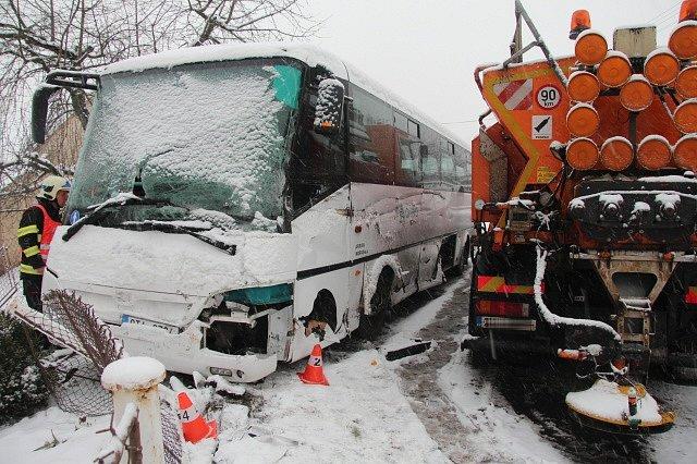 Nehoda autobusu a sypače v Ústí