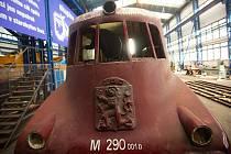 """Unikátní motorový vůz M 290.0 označovaný též podle spoje, na němž jezdil, také jako """"Slovenská strela"""", prochází generální rekonstrukcí v hranických dílnách společnosti Českomoravská železniční opravna."""