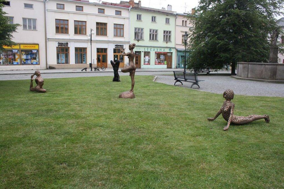 Centrum Lipníka zdobí kovové sochy.
