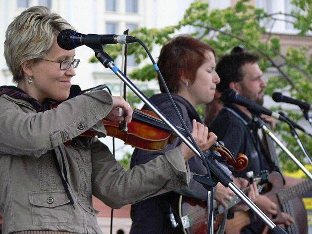 K nedělním jarmarku Svatojakubských hodů na lipenském náměstí hrála návštěvníkům kapela Docuku z Valašského Meziříčí se zpěvačkou Lucií Rédlovou