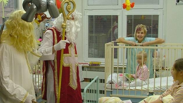 Malým pacientům rozdával Mikuláš plyšáky.