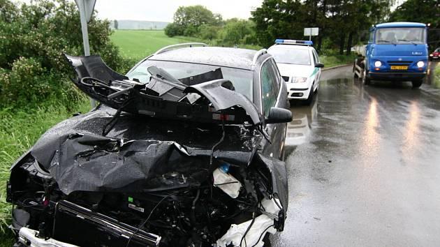 Z totálně zdemolovaného vozu Audi vyvázl pětapadesátiletý řidič s lehkým zraněním.