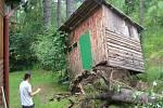 V chatové oblasti v blízkosti Kunzova se vyvrátila následkem silné vichřice dřevěná kůlna.