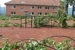 Na hřišti u slavíčské Sokolovny byly popadané větve stromů.
