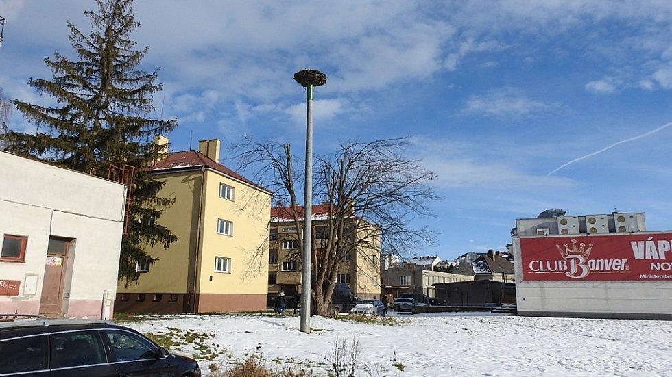 Zimní Hranice ve středu 20. ledna - Třída Československé armády nové čapí hnízdo čeká na čápy.