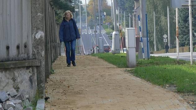 Chodník na Tování ulici v Hranicích se už rýsuje