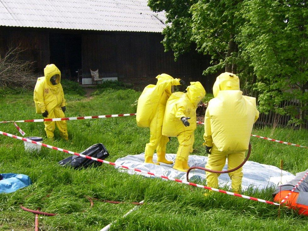 Příslušníci jednotek z Hranic a Přerova ve speciálních protichemických oblecích látku odebrali a uložili do speciálního kontejneru na nebezpečné látky.