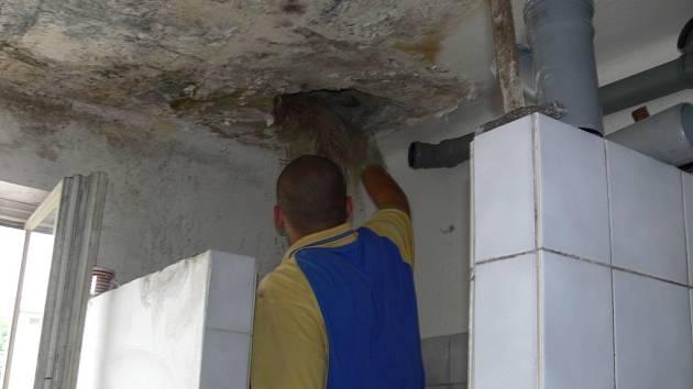 Lidé žijící v hranické ubytovně pro sociálně slabší se dočkají nových sprch i záchodů.