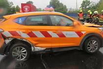 Při havárii tří aut v Hranicích se těžce zranil muž, kterého přimáčkl peugeot ke svodidlům