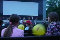 V letním kině dostaly všechny děti balonky.
