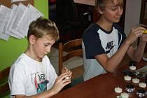 Děti z Dětského domova Hranice vyrábějí dárky na vánoční jarmark