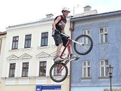 Umění na kolech předvedli freestylový jezdci na hranickém náměstí.