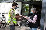 U hranických supermarketů rozdávali v úterý 5. května dobrovolníci dezinfekci.