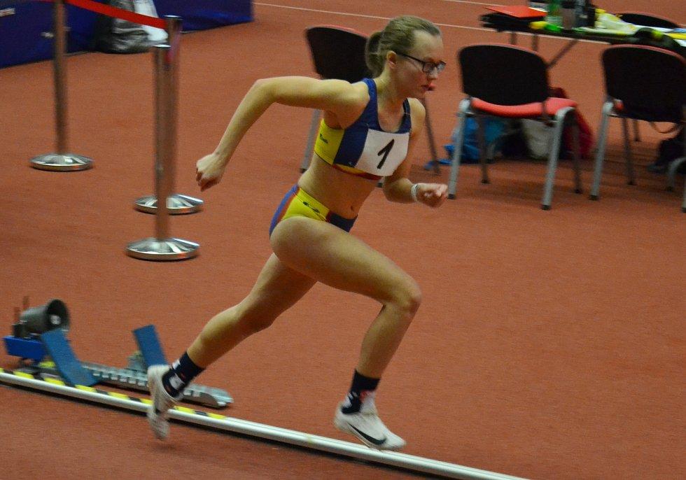 Adéla Zdražilová na mistrovství Moravy a Slezska při běhu na 800 metrů.