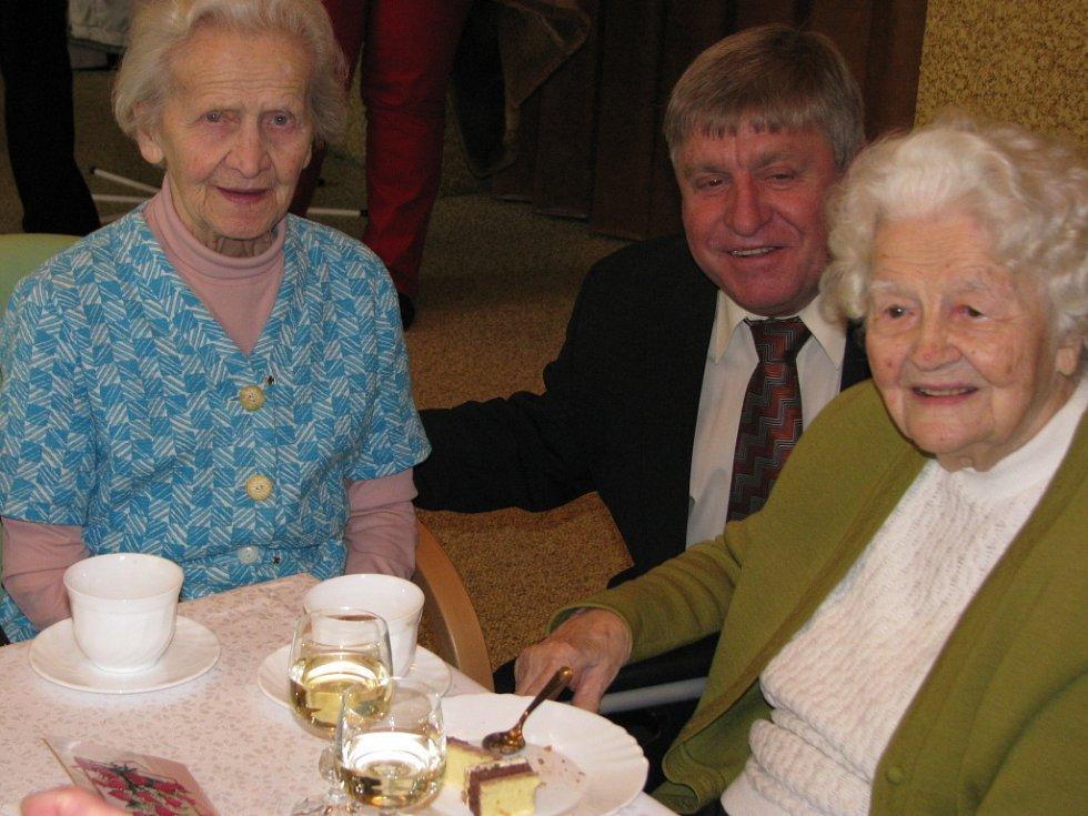 Paní Františka Radová z Hranic oslavila v neděli krásné sté narozeniny. Domov seniorů jí v pondělí 2. února uspořádal oslavu, na níž nechyběl výstavní dort ve tvaru knihy. Na významnou oslavu byli pozváni představitelé města, zástupci z řad personálu.